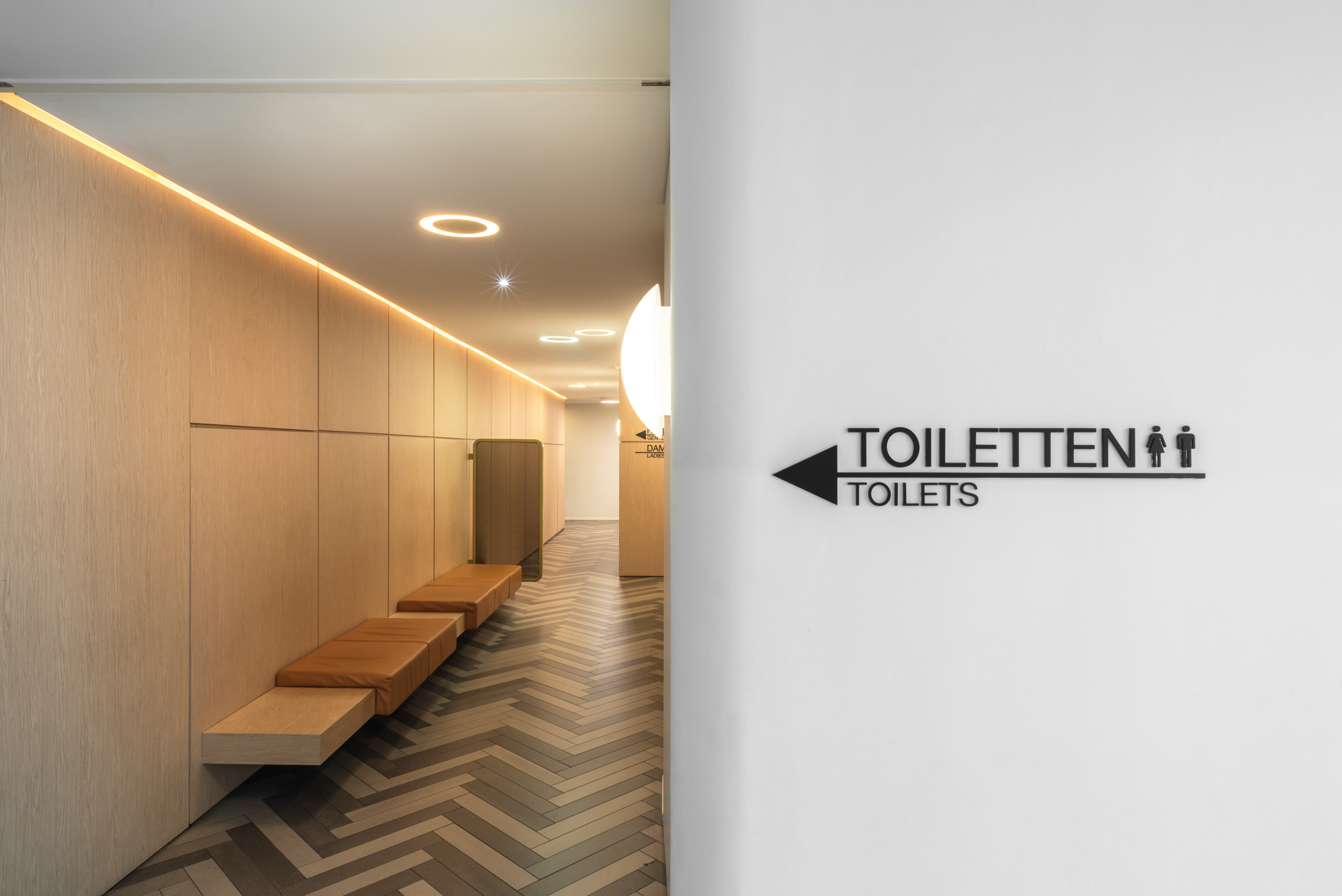 De Bijenkorf design of Toilet sign