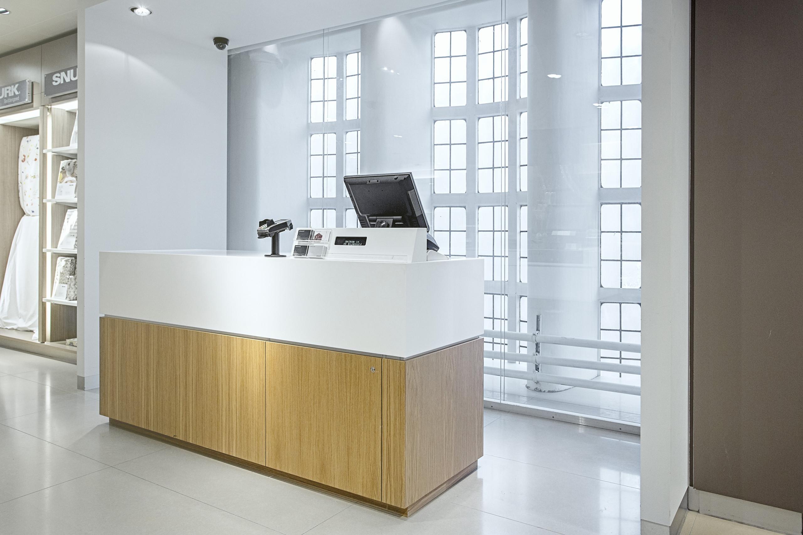 De Bijenkorf travel department the hague counter